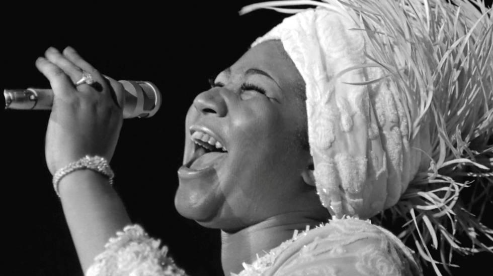 Aretha Franklin cantando en una foto en blanco y negro