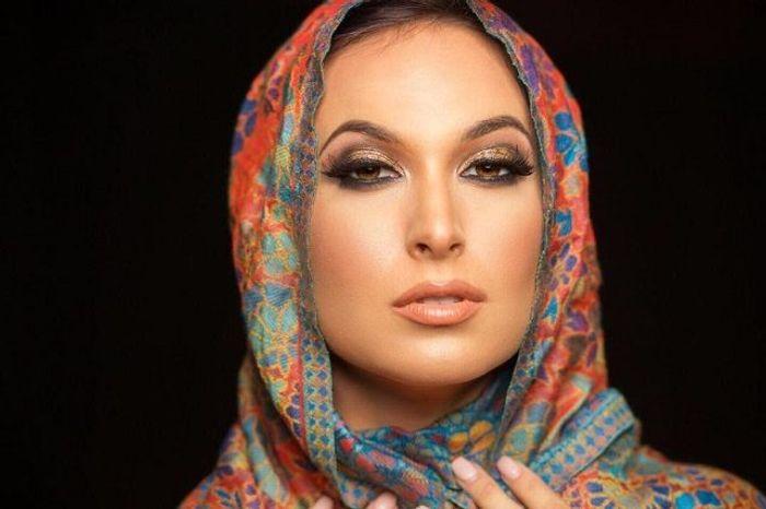 Zahra Elise con un pañuelo en la cabeza